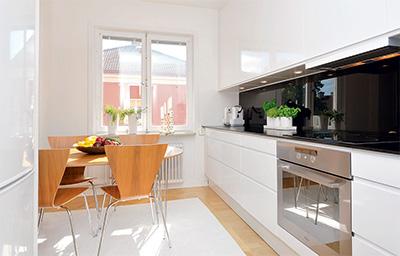 Moderne hvitt kjøkken
